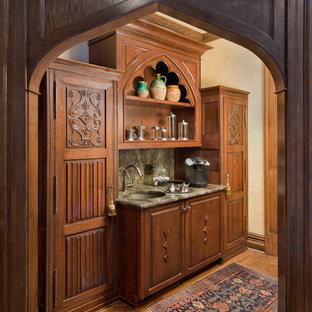 Cette image montre un bar de salon avec évier linéaire victorien de taille moyenne avec un placard avec porte à panneau surélevé.