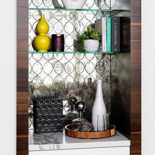 Idee per un piccolo armadio bar moderno con nessun lavello, ante lisce, ante bianche, top in marmo, paraspruzzi grigio, paraspruzzi a specchio, pavimento in pietra calcarea, pavimento grigio e top bianco