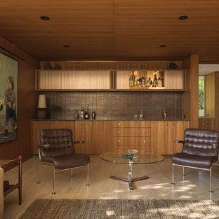 Ispirazione per un angolo bar con lavandino moderno con ante lisce, ante in legno scuro, paraspruzzi marrone, paraspruzzi con piastrelle di metallo, pavimento beige e top marrone