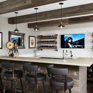 Idées déco pour un très grand bar de salon industriel en U avec des tabourets, un plan de travail en béton, une crédence blanche, une crédence en carreau de porcelaine et un sol en vinyl.