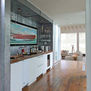 ミルウォーキーの中くらいのトランジショナルスタイルのおしゃれなウェット バー (濃色無垢フローリング、I型、アンダーカウンターシンク、フラットパネル扉のキャビネット、白いキャビネット、木材カウンター、グレーのキッチンパネル、茶色い床、茶色いキッチンカウンター) の写真