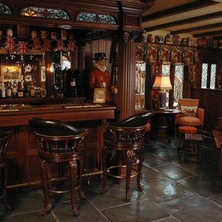 シンシナティの広いトラディショナルスタイルのおしゃれな着席型バー (インセット扉のキャビネット、濃色木目調キャビネット、スレートの床) の写真