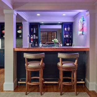 Foto di un grande bancone bar classico con lavello sottopiano, ante in stile shaker, ante blu, top in rame, paraspruzzi a specchio, pavimento in legno massello medio, pavimento marrone e top arancione