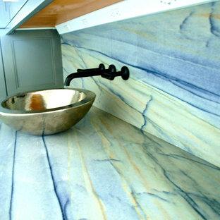 チャールストンの小さいトランジショナルスタイルのおしゃれなウェット バー (L型、ガラス扉のキャビネット、グレーのキャビネット、御影石カウンター、マルチカラーのキッチンパネル、石スラブのキッチンパネル、淡色無垢フローリング、グレーの床、紫のキッチンカウンター) の写真