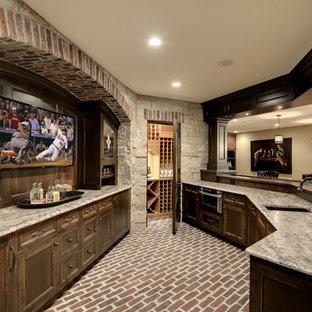 Idee per un ampio bancone bar chic con pavimento in mattoni, lavello sottopiano, ante con riquadro incassato, ante in legno bruno e pavimento rosso