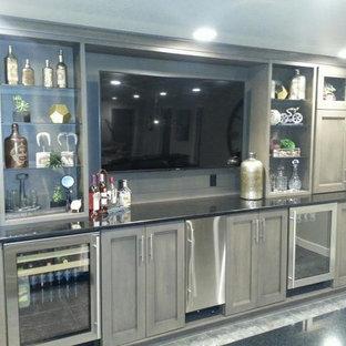 Immagine di un grande armadio bar classico con lavello da incasso, ante in stile shaker, ante in legno chiaro e parquet chiaro