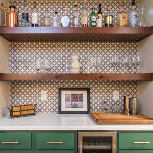 ロサンゼルスのトランジショナルスタイルのおしゃれなホームバー (L型、シェーカースタイル扉のキャビネット、緑のキャビネット、クオーツストーンカウンター、マルチカラーのキッチンパネル、磁器タイルのキッチンパネル、茶色い床、白いキッチンカウンター) の写真