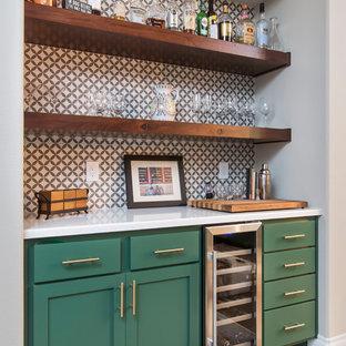 Imagen de bar en casa en L, tradicional renovado, grande, con armarios estilo shaker, puertas de armario verdes, encimera de cuarzo compacto, salpicadero multicolor, salpicadero de azulejos de porcelana, suelo marrón y encimeras blancas