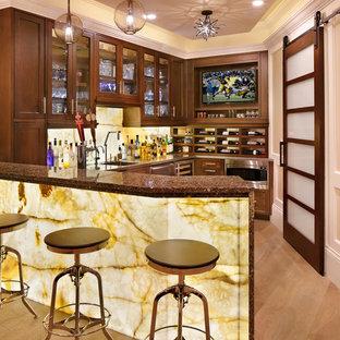 サンフランシスコの広いトラディショナルスタイルのおしゃれな着席型バー (コの字型、アンダーカウンターシンク、ガラス扉のキャビネット、濃色木目調キャビネット、御影石カウンター、黄色いキッチンパネル、淡色無垢フローリング、茶色い床) の写真