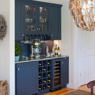 ボストンの中くらいのコンテンポラリースタイルのおしゃれなウェット バー (I型、シンクなし、落し込みパネル扉のキャビネット、青いキャビネット、珪岩カウンター、青いキッチンパネル、木材のキッチンパネル、淡色無垢フローリング、茶色い床) の写真