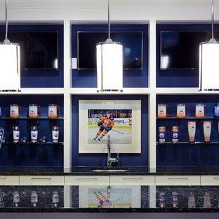 Immagine di un grande bancone bar design con lavello sottopiano, ante lisce, ante bianche, top in granito, paraspruzzi blu e moquette