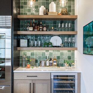 ポートランドの小さいカントリー風おしゃれなホームバー (I型、シンクなし、シェーカースタイル扉のキャビネット、淡色木目調キャビネット、緑のキッチンパネル、マルチカラーの床、白いキッチンカウンター) の写真