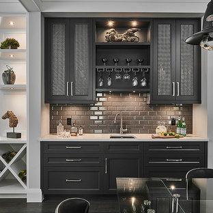 Idee per un piccolo angolo bar con lavandino tradizionale con lavello sottopiano, ante in stile shaker, ante nere, paraspruzzi grigio, paraspruzzi con piastrelle diamantate, parquet scuro, pavimento marrone, top bianco e top in quarzo composito