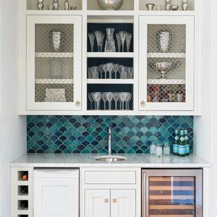 Ispirazione per un armadio bar stile marino con lavello sottopiano, ante in stile shaker, ante bianche, paraspruzzi blu e parquet chiaro