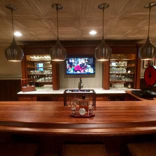 フィラデルフィアの大きいトラディショナルスタイルのおしゃれな着席型バー (I型、アンダーカウンターシンク、家具調キャビネット、中間色木目調キャビネット、木材カウンター、茶色いキッチンパネル、木材のキッチンパネル、淡色無垢フローリング、茶色い床、茶色いキッチンカウンター) の写真