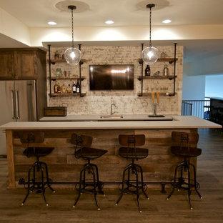 Foto di un bancone bar stile rurale di medie dimensioni con lavello sottopiano, ante in stile shaker, ante in legno chiaro, top in superficie solida, paraspruzzi bianco, paraspruzzi in mattoni e parquet chiaro