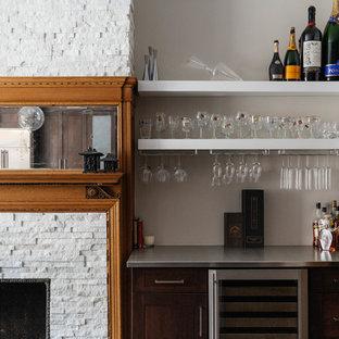 ニューヨークの小さいトランジショナルスタイルのおしゃれなホームバー (シンクなし、オープンシェルフ、ステンレスカウンター) の写真