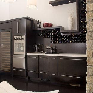 Immagine di un armadio bar minimal di medie dimensioni con ante lisce, ante in legno bruno, parquet scuro, pavimento nero e top bianco