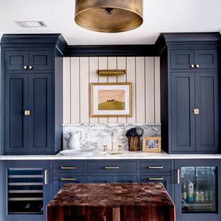 ニューヨークのトランジショナルスタイルのおしゃれなウェット バー (I型、アンダーカウンターシンク、シェーカースタイル扉のキャビネット、青いキャビネット、大理石カウンター、白いキッチンパネル、大理石のキッチンパネル) の写真