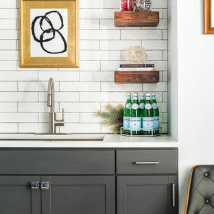 Esempio di un angolo bar con lavandino moderno di medie dimensioni con lavello sottopiano, ante in stile shaker, ante grigie, top in quarzo composito, paraspruzzi bianco, paraspruzzi con piastrelle in ceramica, pavimento in gres porcellanato, pavimento grigio e top bianco