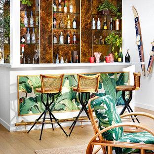 Foto di un bancone bar tropicale con nessun'anta, paraspruzzi marrone, parquet chiaro e pavimento beige