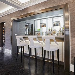 Idee per un grande angolo bar minimalista con top in onice, paraspruzzi bianco, paraspruzzi in marmo, parquet scuro e pavimento nero