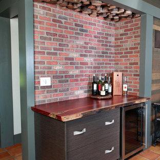 トロントの小さいエクレクティックスタイルのおしゃれなホームバー (オレンジの床) の写真