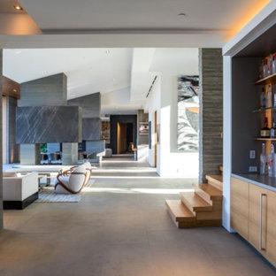 Immagine di un armadio bar minimal di medie dimensioni con lavello sottopiano, ante lisce, ante in legno chiaro, top in superficie solida, paraspruzzi marrone, paraspruzzi in legno, pavimento in cemento e pavimento grigio