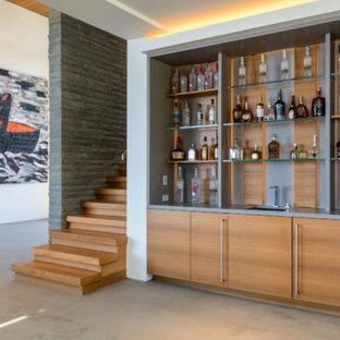 Bar de salon contemporain avec des portes de placard en bois clair ...