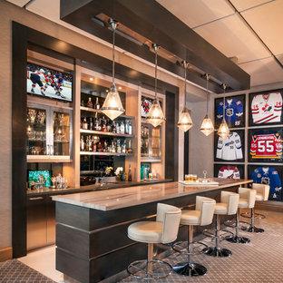 Foto di un angolo bar con lavandino contemporaneo con top in marmo
