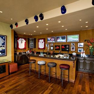 フェニックスの広いエクレクティックスタイルのおしゃれなホームバー (濃色木目調キャビネット、濃色無垢フローリング) の写真