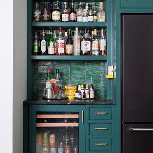 オースティンのエクレクティックスタイルのおしゃれなホームバー (I型、シンクなし、オープンシェルフ、緑のキャビネット、緑のキッチンパネル、茶色い床) の写真