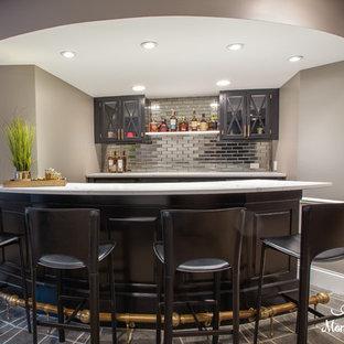 Immagine di un angolo bar con lavandino moderno di medie dimensioni con lavello sottopiano, ante di vetro, ante nere, top in quarzo composito, paraspruzzi grigio, paraspruzzi a specchio, pavimento con piastrelle in ceramica, pavimento grigio e top bianco
