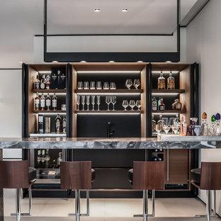 マイアミの広いコンテンポラリースタイルのおしゃれなウェット バー (ll型、濃色木目調キャビネット、大理石カウンター、茶色いキッチンパネル、磁器タイルの床、オープンシェルフ) の写真