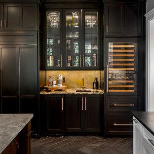 Cette image montre un très grand bar de salon traditionnel avec un placard à porte affleurante, un sol en carrelage de porcelaine, un évier encastré, un plan de travail en granite, une crédence multicolore et des portes de placard noires.