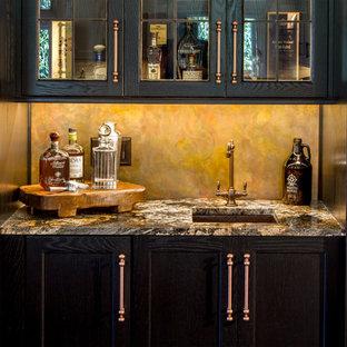 Immagine di un grande angolo bar con lavandino tradizionale con ante a filo, ante in legno bruno, pavimento in gres porcellanato, lavello sottopiano, top in legno e paraspruzzi giallo