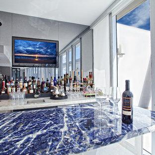 Foto di un grande angolo bar con lavandino chic con lavello sottopiano, top in granito, paraspruzzi a specchio, pavimento in marmo e top blu