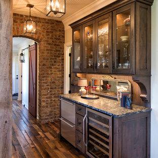 Ispirazione per un armadio bar country di medie dimensioni con nessun lavello, ante con riquadro incassato, ante in legno bruno, top in granito, paraspruzzi marrone e pavimento in legno massello medio