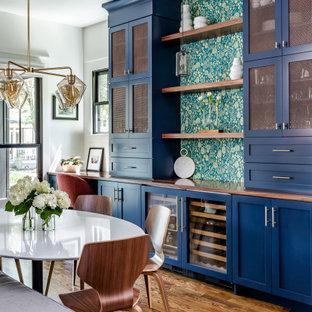 アトランタのトランジショナルスタイルのおしゃれなホームバー (I型、シェーカースタイル扉のキャビネット、青いキャビネット、木材カウンター、濃色無垢フローリング、茶色い床、茶色いキッチンカウンター) の写真