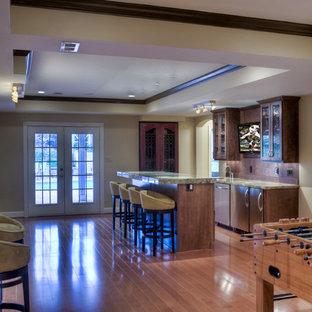 Immagine di un bancone bar minimal di medie dimensioni con ante in stile shaker, ante in legno scuro, top in onice, paraspruzzi marrone e pavimento in legno massello medio