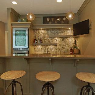 ミネアポリスの中くらいのトランジショナルスタイルのおしゃれな着席型バー (カーペット敷き、ll型、緑のキャビネット、マルチカラーのキッチンパネル、ボーダータイルのキッチンパネル) の写真