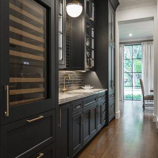 Idee per un angolo bar con lavandino tradizionale con ante in stile shaker, ante nere, paraspruzzi nero, paraspruzzi con piastrelle diamantate, parquet scuro, pavimento marrone e top grigio