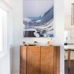 Foto de bar en casa con carrito de bar marinero, pequeño, sin pila, con armarios tipo mueble, puertas de armario de madera oscura, encimera de madera, suelo de madera oscura y suelo marrón