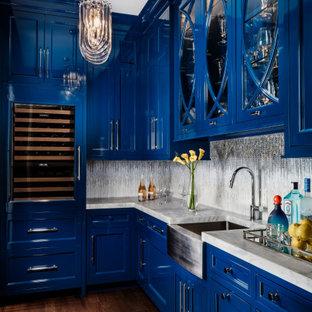 Immagine di un angolo bar con lavandino tradizionale con ante in stile shaker, ante blu, paraspruzzi grigio, paraspruzzi con piastrelle a mosaico, parquet scuro, pavimento marrone e top grigio