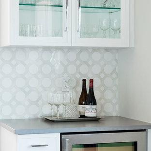 Idee per un piccolo angolo bar classico con ante bianche, top in quarzite, paraspruzzi grigio, paraspruzzi con piastrelle a mosaico e top grigio