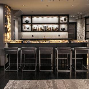 サンディエゴの中くらいのモダンスタイルのおしゃれな着席型バー (ll型、黒いキャビネット、オニキスカウンター、塗装フローリング、黒い床、オープンシェルフ) の写真