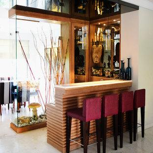 デリーのアジアンスタイルのおしゃれな着席型バー (L型、中間色木目調キャビネット、グレーの床) の写真