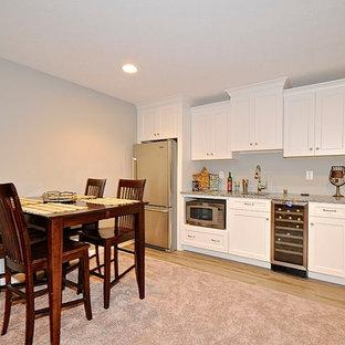 インディアナポリスのコンテンポラリースタイルのおしゃれなウェット バー (I型、アンダーカウンターシンク、インセット扉のキャビネット、白いキャビネット、御影石カウンター、リノリウムの床) の写真