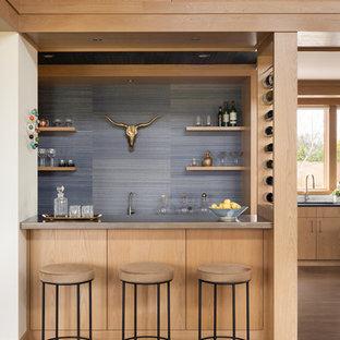Foto di un angolo bar con lavandino contemporaneo di medie dimensioni con lavello sottopiano, ante lisce, ante in legno chiaro, top in zinco, paraspruzzi blu, pavimento in legno massello medio e pavimento marrone