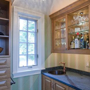 他の地域の小さいトラディショナルスタイルのおしゃれなウェット バー (ドロップインシンク、家具調キャビネット、中間色木目調キャビネット、ソープストーンカウンター、緑のキッチンパネル、セラミックタイルの床) の写真